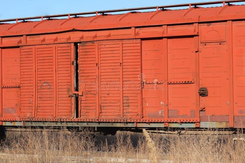 一列老生锈的货车的无盖货车在路轨站立 免版税图库摄影