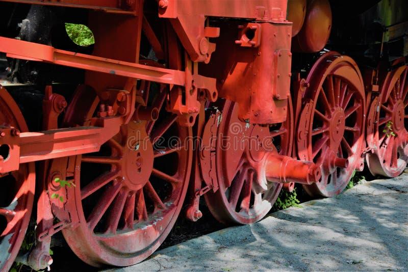 一列老被放弃的火车的红色轮子 库存图片