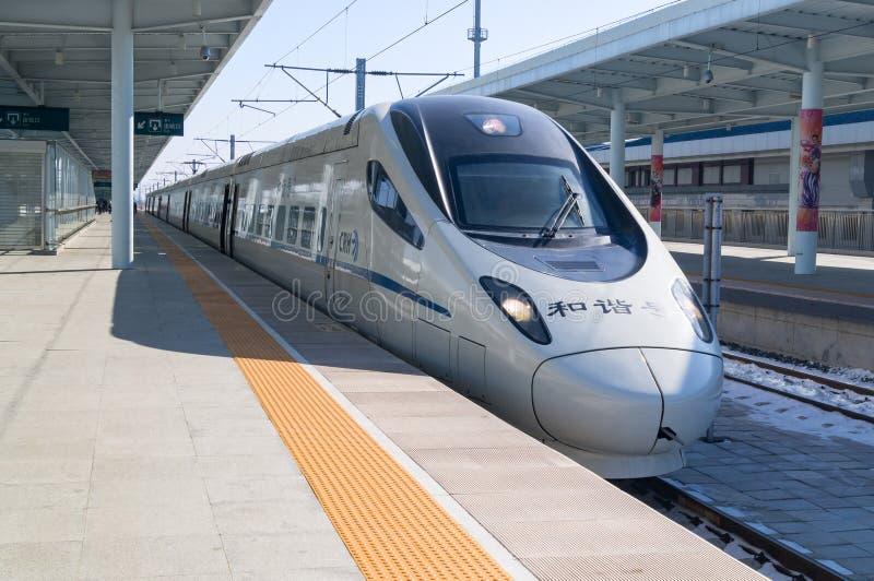 一列CRH高速高速火车的看法在YANJIXI火车站的,吉林,中国 免版税库存照片