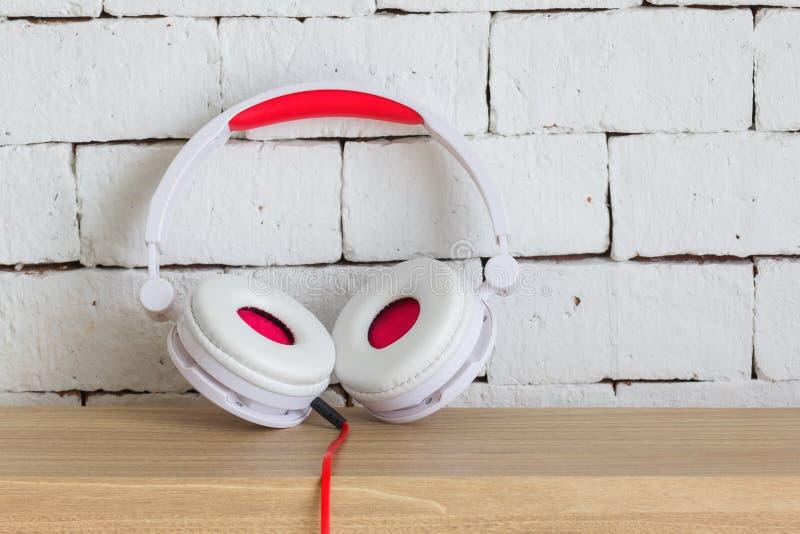 一副大白色和红色耳机 免版税库存图片