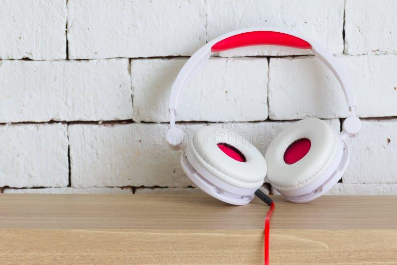 一副大白色和红色耳机 库存照片