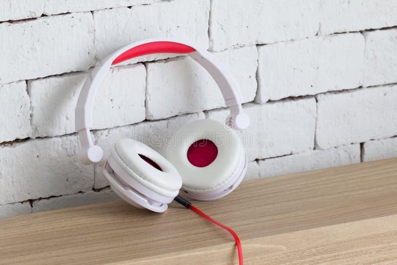 一副大白色和红色耳机 库存图片
