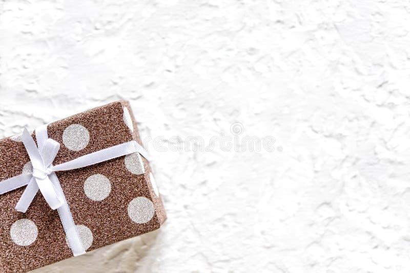 一副横幅的框架与礼物 有一件礼物的箱子在与拷贝空间的轻的背景 平的位置,顶视图 图库摄影