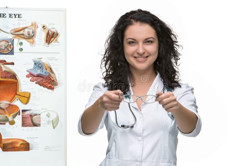 给一副眼镜的眼镜师或眼医妇女 免版税库存照片