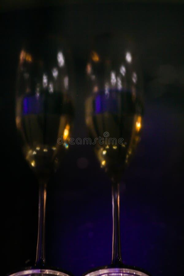 一副眼镜的被弄脏的反射香槟在内部的 新年和其他假日背景 库存图片