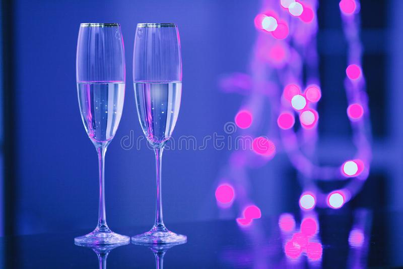 一副眼镜香槟在内部的 假日的概念 免版税库存图片