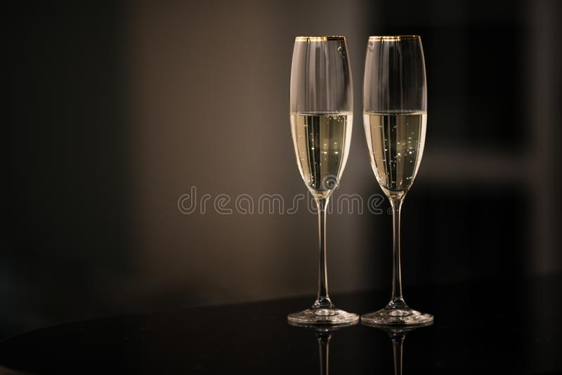 一副眼镜香槟在内部的 新年和其他假日概念 图库摄影