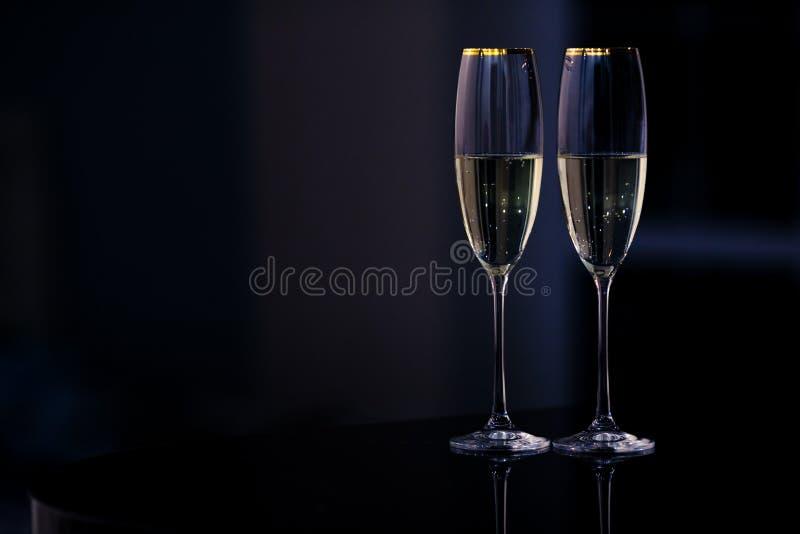 一副眼镜香槟在内部的 新年和其他假日概念 库存图片