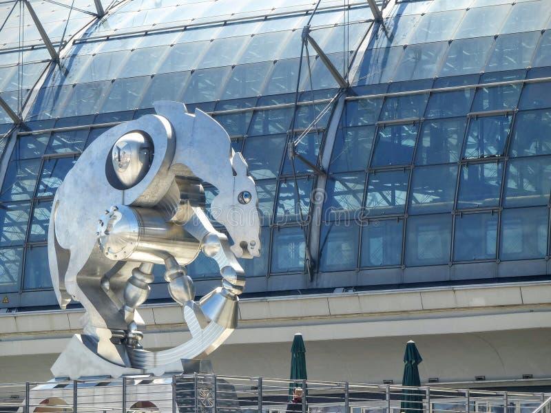 一匹马的铁雕塑的前景在柏林的中央驻地的前面 库存图片