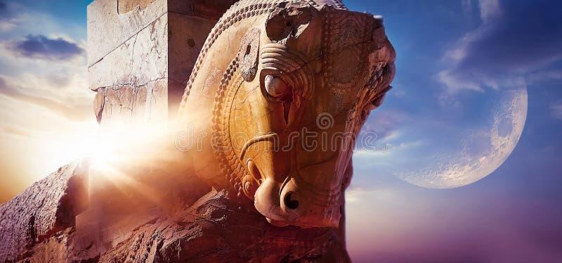 一匹马的雕象的片段在以太阳和月亮为背景的古老波斯波利斯 库存图片