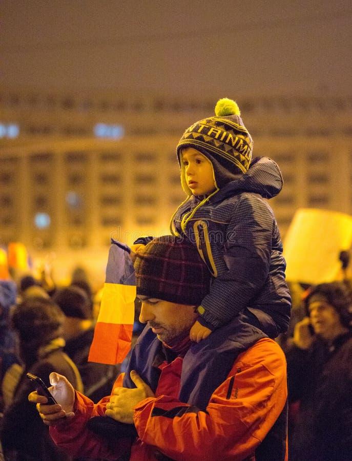 一千个人通过罗马尼亚首都前进在星期三晚上抗议政府` s计划原谅数千PR 免版税库存图片