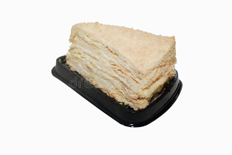 一千层数与奶油的拿破仑蛋糕在黑塑料处置立场 免版税库存照片