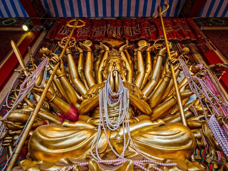 一千武装的Avalokitesvara雕象在阿尤特拉利夫雷斯,泰国 免版税图库摄影