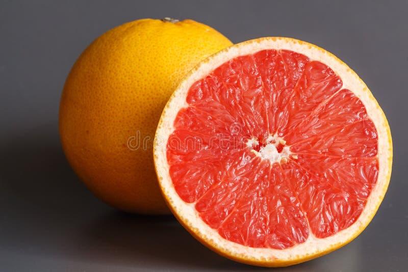 一半和整个葡萄柚 库存照片