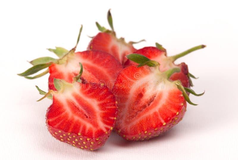 一半在白色背景的草莓 图库摄影