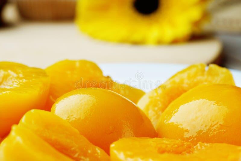 一半在糖浆的桃子 免版税库存照片