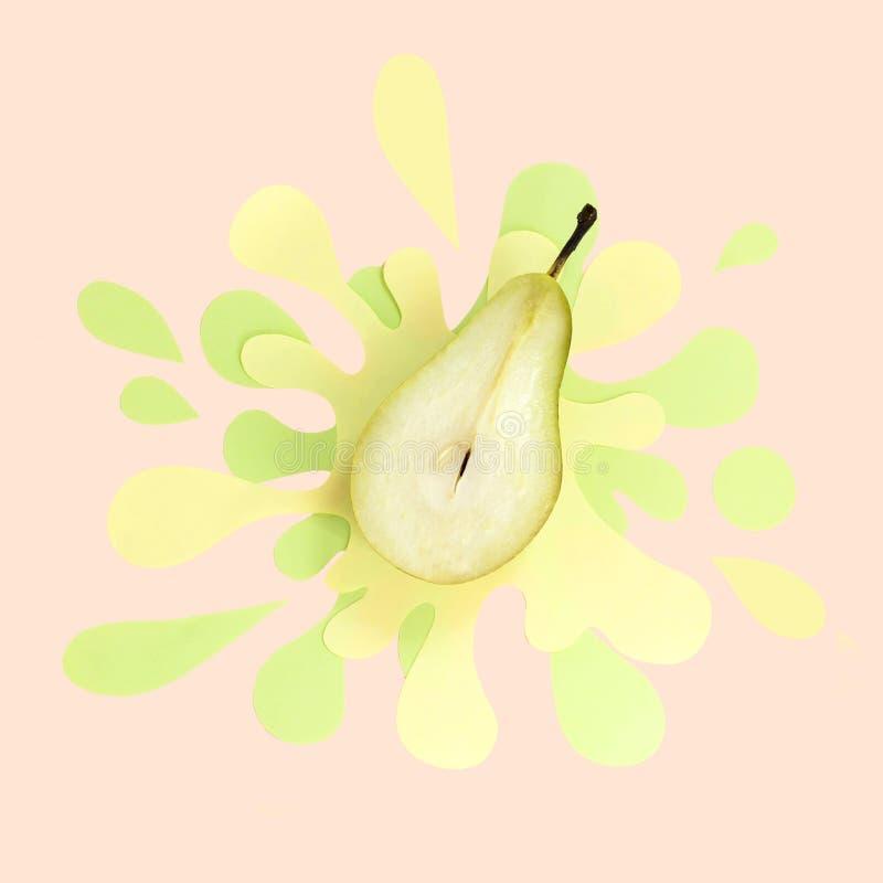 一半在纸巾的水多的梨以飞溅和浪花的形式 图库摄影