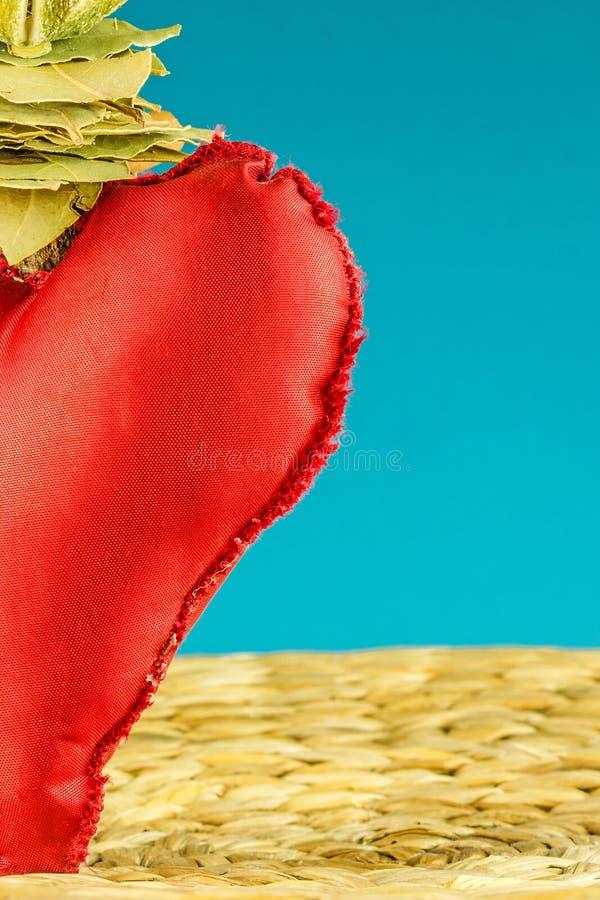 一半在绿松石背景的红色心脏装饰 图库摄影