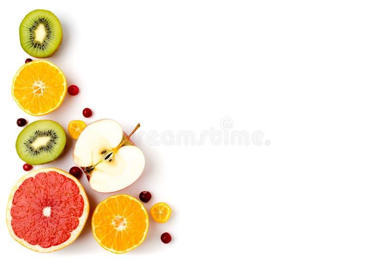 一半成熟果子、猕猴桃、苹果计算机、桔子和葡萄柚在白色 图库摄影