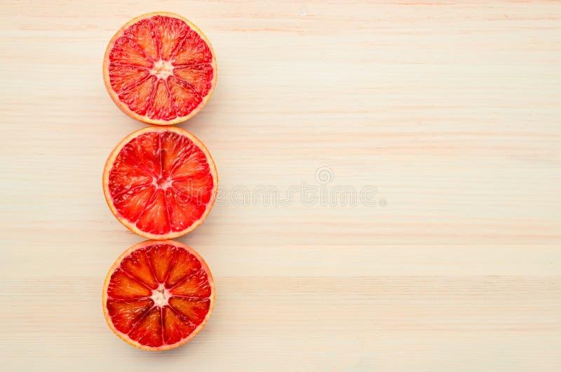 一半红色桔子 免版税库存图片