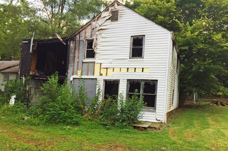 一半被烧的白色房子01 图库摄影