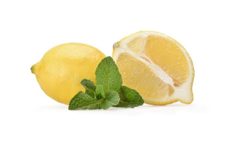 一半静物画一个新鲜的黄色柠檬和在外形的一个整个柠檬 免版税库存照片