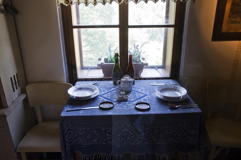 一双独特的碗筷在一个老房子里 免版税库存图片
