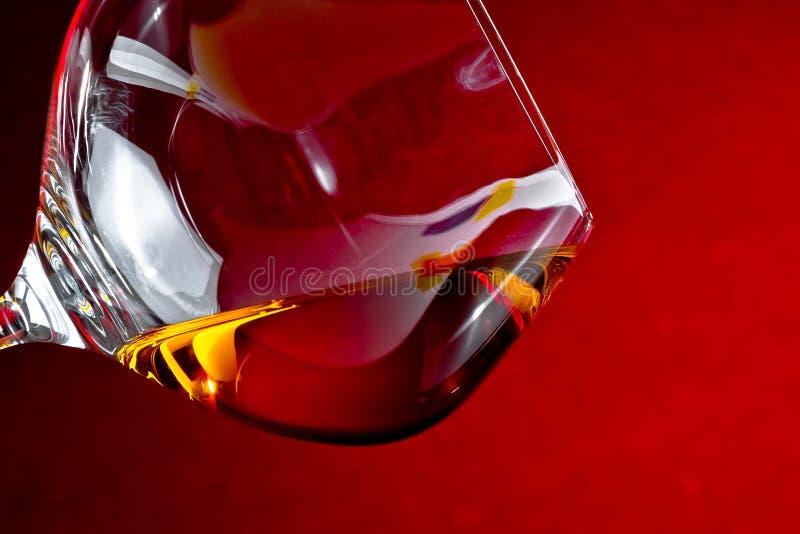 一口威士忌酒在典雅的玻璃的白兰地酒与文本的空间 库存图片