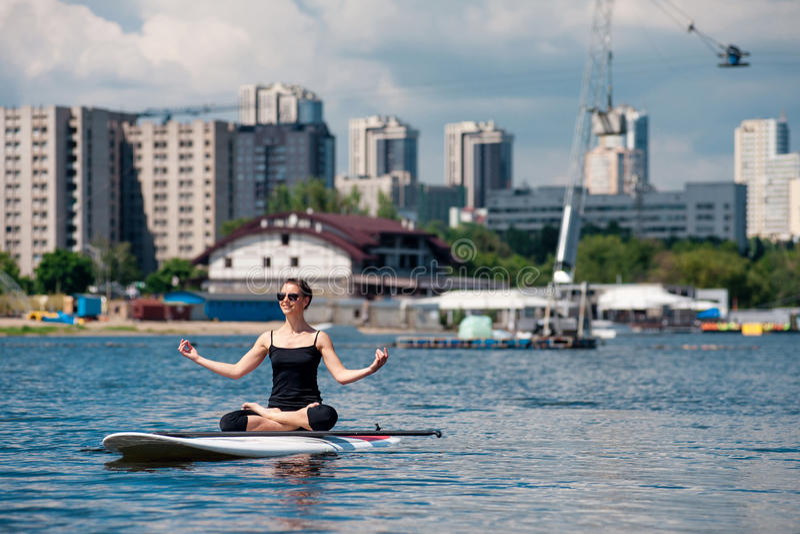 一口运动女孩瑜伽凝思 免版税图库摄影
