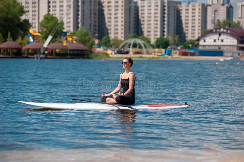 一口运动女孩瑜伽凝思 免版税库存图片