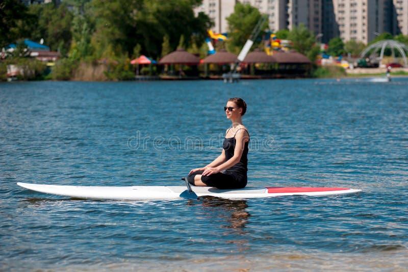 一口运动女孩瑜伽meditation06 免版税图库摄影