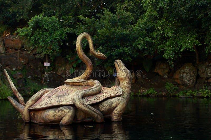 一只乌龟和一条蛇的雕象从中国寓言 免版税库存照片