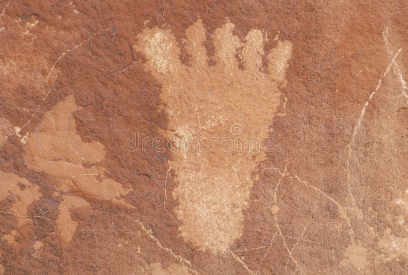 一只人脚, NV的刻在岩石上的文字从Atlati岩石的 免版税库存照片