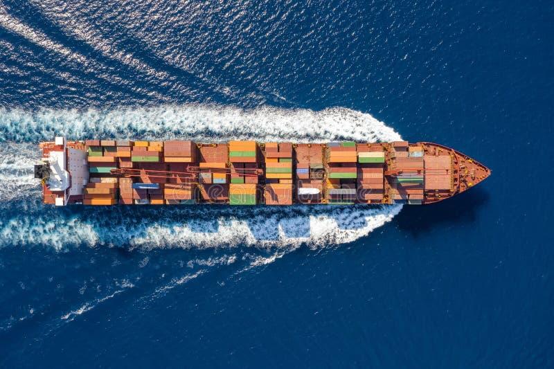 一只大集装箱船的鸟瞰图在行动的在蓝色,开放海洋 库存照片