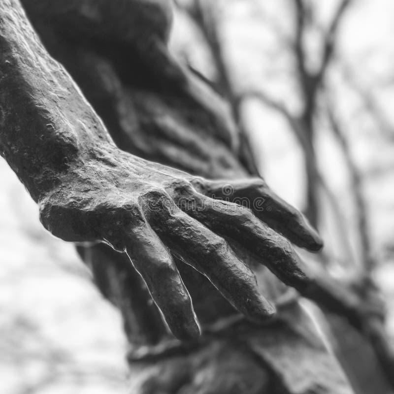 一只手的雕塑在第比利斯-乔治亚-首都秀丽 免版税库存照片