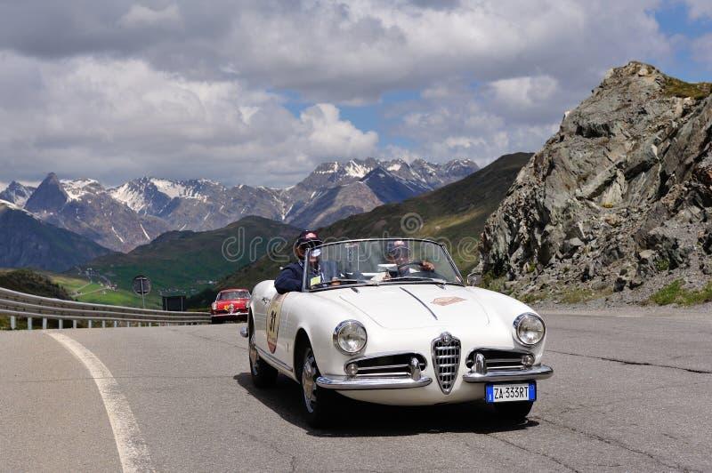 一只白色阿尔法・罗密欧Giulietta蜘蛛和红色阿尔法・罗密欧1900超级Sprint 免版税库存照片