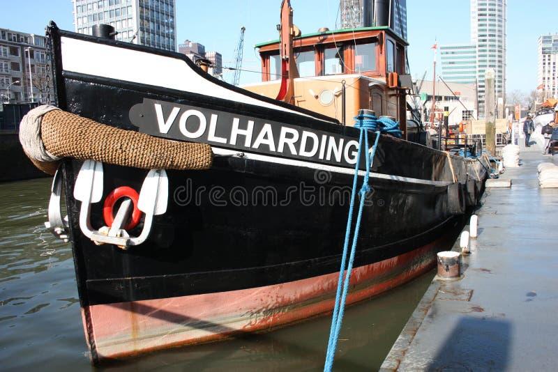 一只美丽的货船的特写镜头被停泊在鹿特丹,荷兰,荷兰港  免版税图库摄影