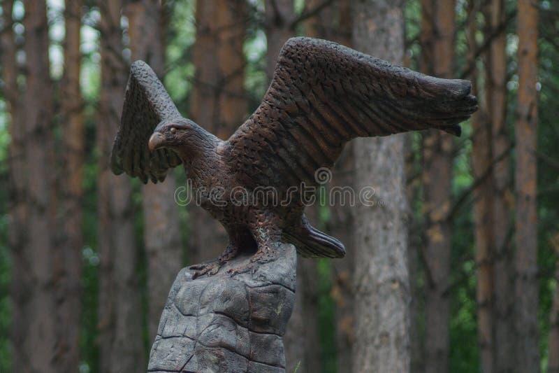 一只老鹰的纪念碑在岩石的 免版税库存照片
