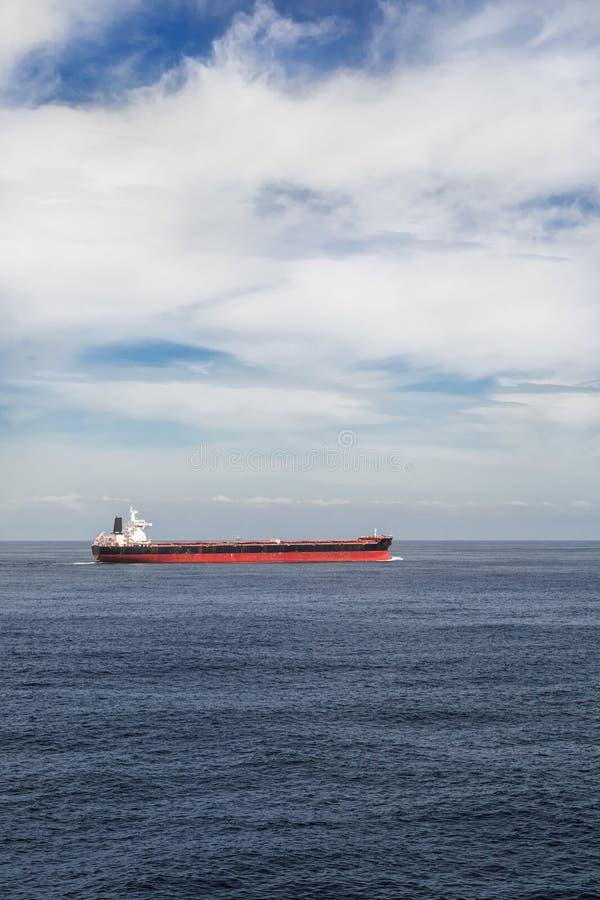一只货船的垂直的图象在海 免版税库存照片