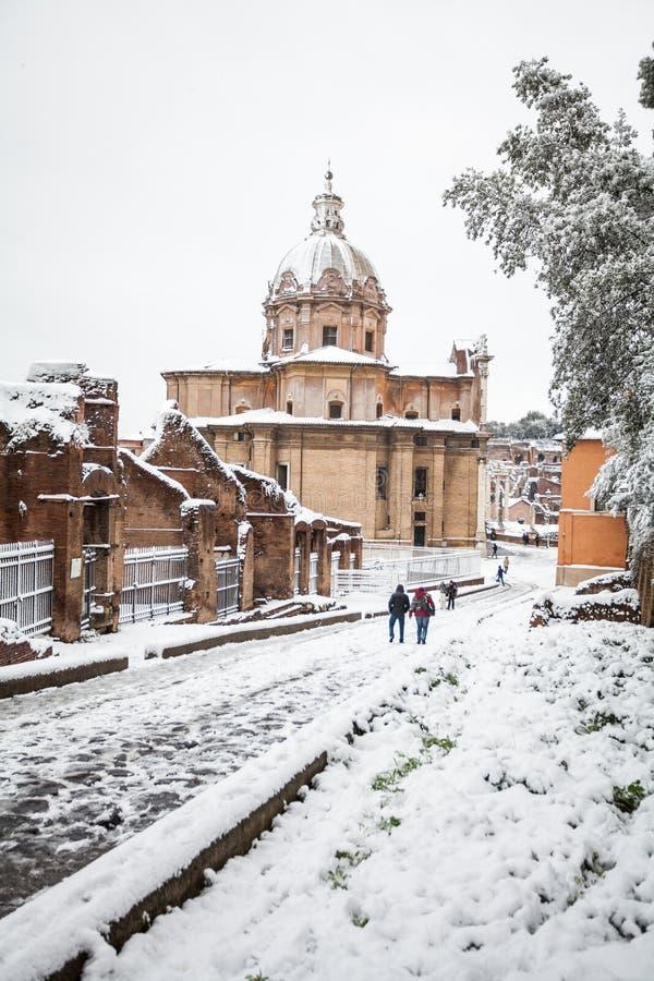 一可爱的天雪在罗马,意大利,2018年2月26日:圣徒路卡的多雪的罗马论坛和教会美丽的景色和 图库摄影