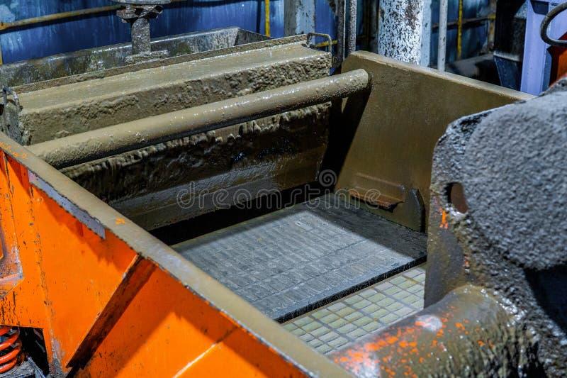 一台凿岩机准备安装爆胎Preventor堆 振动筛 库存照片