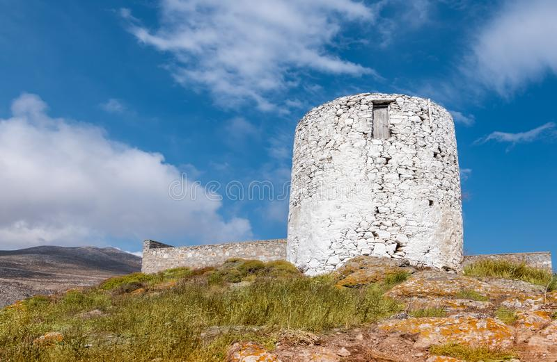 一台古老风车的遗骸在阿莫尔戈斯岛,希腊 免版税库存图片