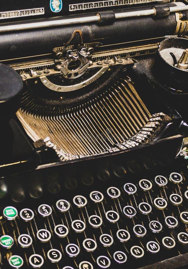 一台古色古香的葡萄酒打字机的抽象看法 免版税库存图片