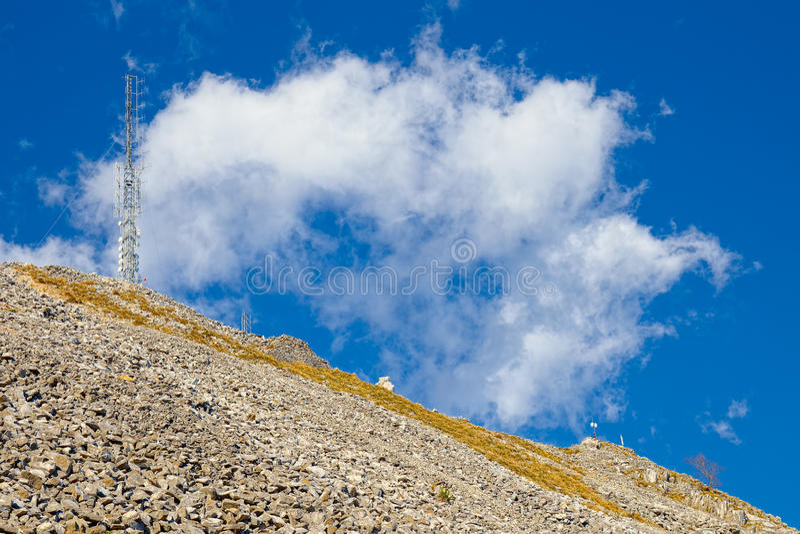 一台定向塔中继器的低透视在一件大理石猎物顶部的, a 免版税图库摄影