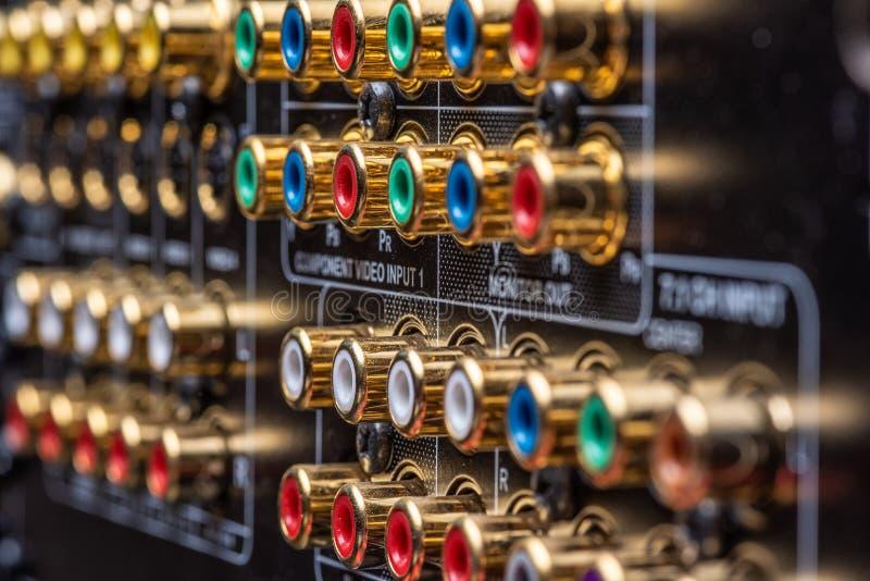 一台家庭影院接收器的连接器和终端 免版税库存照片