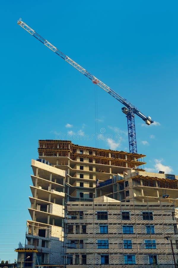 一台新的混凝土建筑和卷扬起重机的结构 免版税库存图片