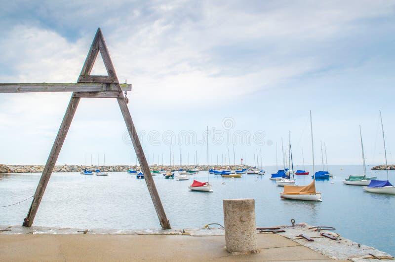 一台木金枪鱼卷扬机俯视的风船在Rockport港口 免版税库存照片