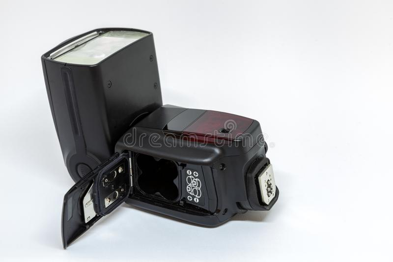 一台照相机的黑外在闪光与一个开放电池盒 免版税库存照片