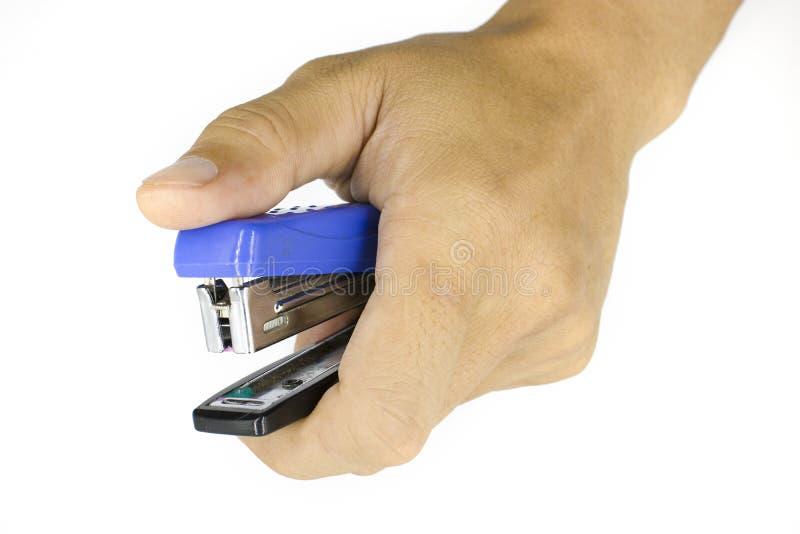 一台男性手藏品订书机,在白色背景隔绝的人手 库存图片