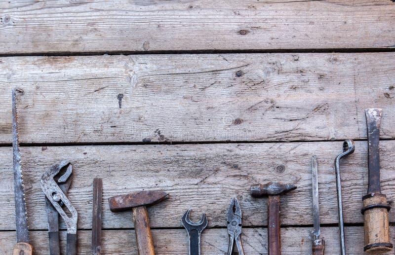 一台老仪器 木匠业 说谎在一张黑木桌上的老,生锈的工具 锤子,凿子,引形钢锯,金属板钳 复制空间 库存图片